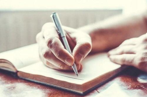 Uomo che scrive per superare la depressione