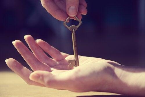 Mani con chiave