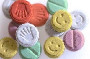 Pastiglie di ecstasy colorate