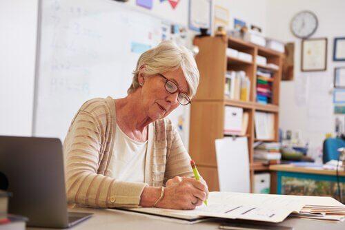Professoressa che corregge degli esami