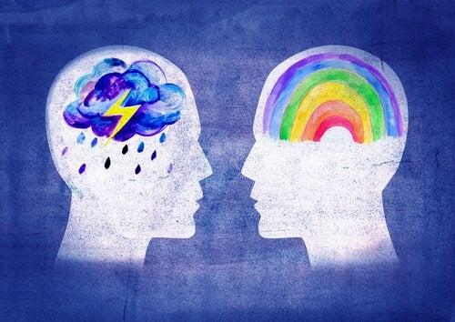 Profili di persone con disegni nel cervello