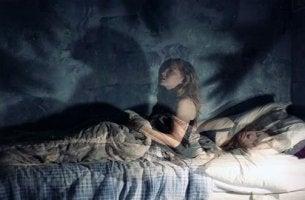 Ragazza con paralisi del sonno