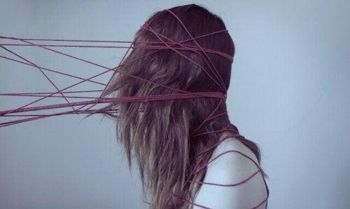Ragazza con testa intrappolata in fili che soffre di depressione resistente