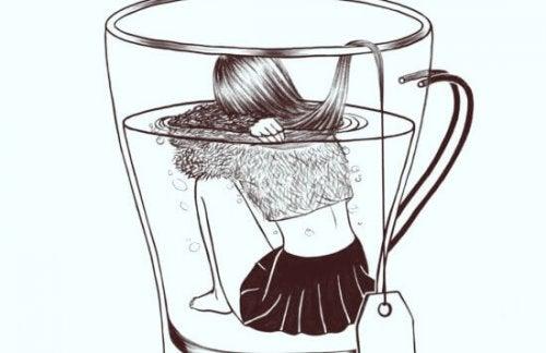 Ragazza dentro un bicchiere d'acqua