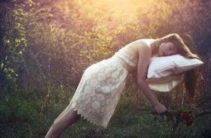Donna che dorme su un cuscino mentre galleggia nell'aria curiosità sui sogni