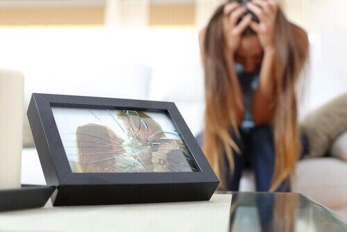 Ragazza che rompe foto di coppia