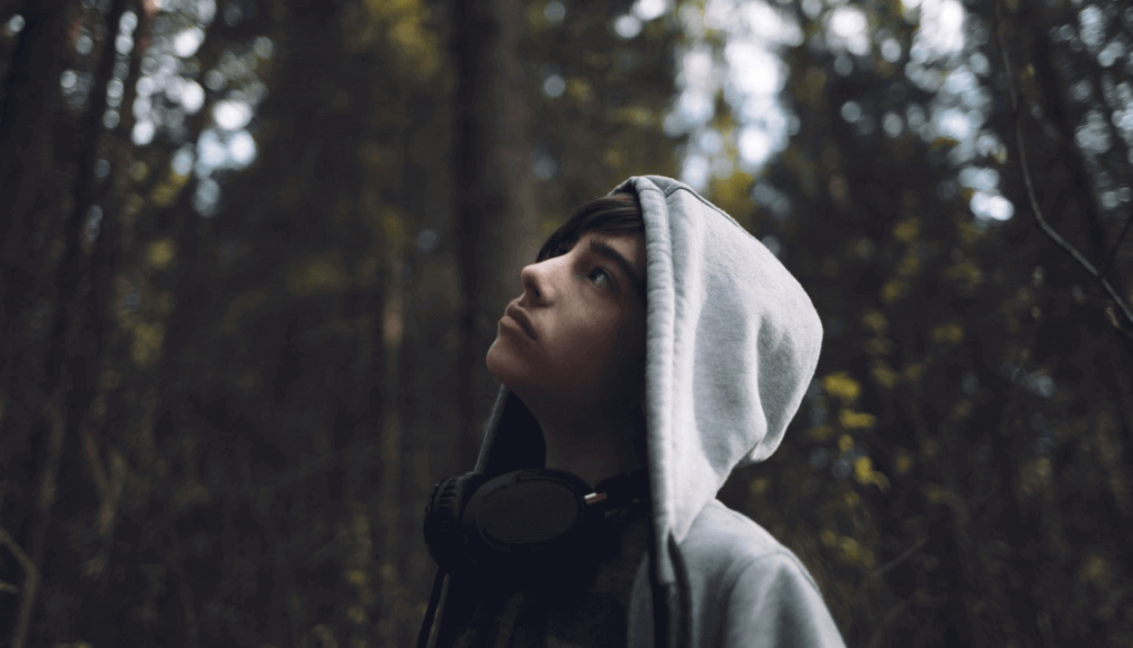 Ragazzo adolescente nel bosco, alla ricerca della sua identità