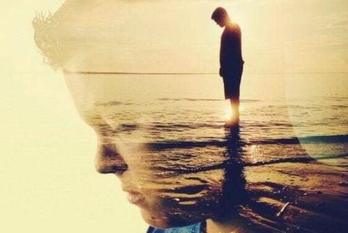 Profilo di uomo triste al mare