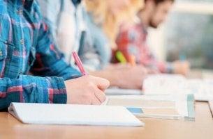 Studenti che scrivono sui quaderni