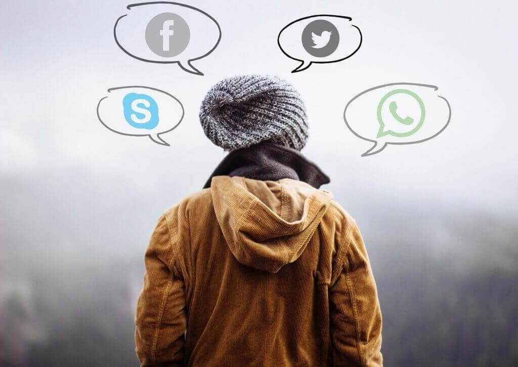 Ragazzo che pensa ai social network