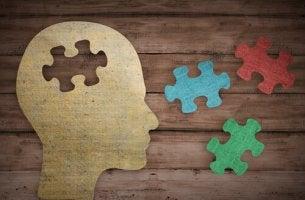 Testa di profilo con pezzi di puzzle concetti di psicologia