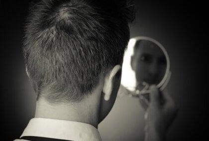Uomo che si guarda allo specchio