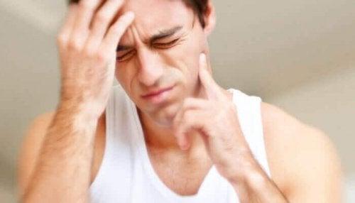 Uomo con dolori in bocca