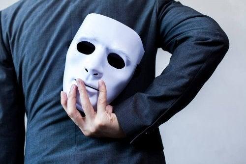 Uomo con maschera dietro la schiena