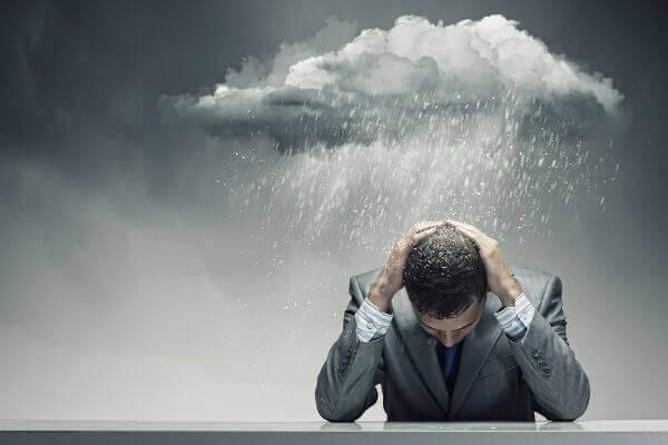 Uomo con nuvola sulla testa e pioggia che lo bagna