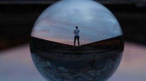 Uomo con personalità INFJ all'interno di una sfera