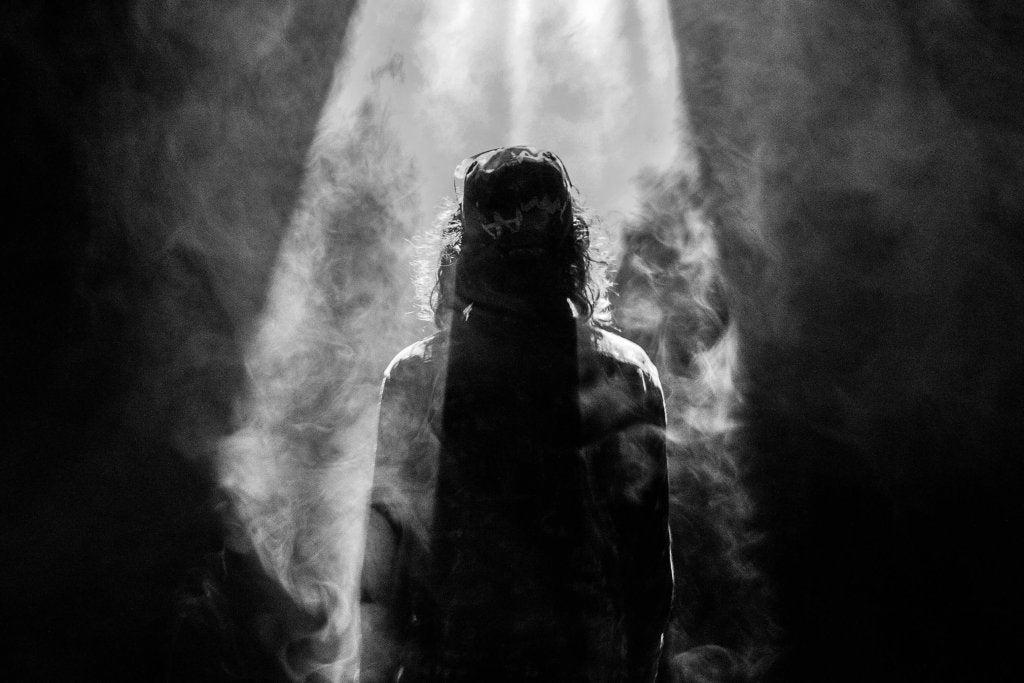 Uomo di spalle al buio