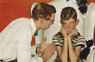 Padre che spiega al figlio come comunicare in modo efficace
