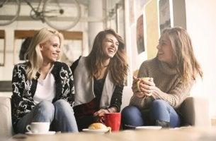 Amiche felici che hanno imparato a esprimersi meglio