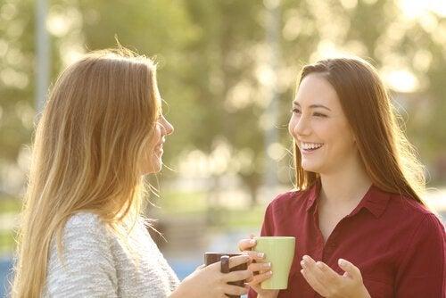 Amiche che parlano e ridono