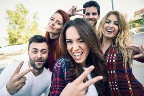 Gruppo di amici che si fa un selfie