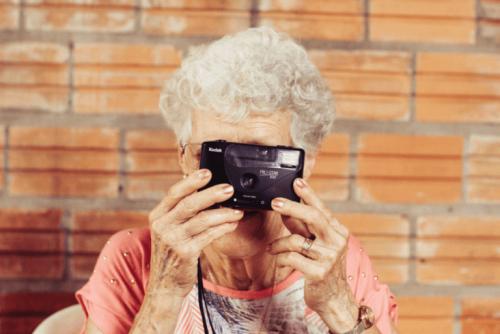 Anziana che scatta una fotografia