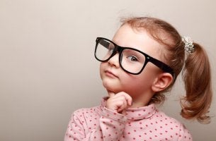 Bambina che pensa a giusto e sbagliato