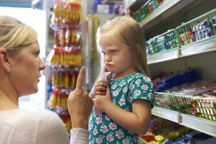 Bambina che fa i capricci al supermercato