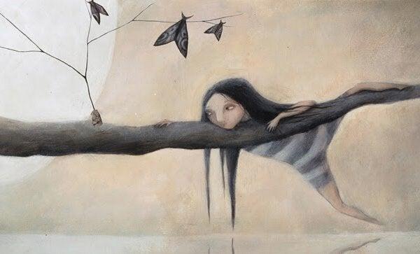 Bambina su un albero