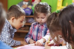 Bambini che fanno un'attività metodo montessori oggi