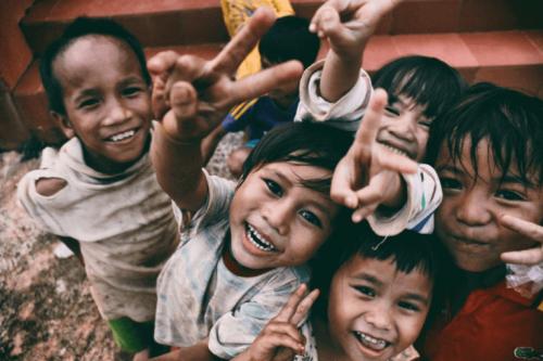 Bambini adottati che guardano nella macchina fotografica