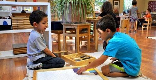 Bambini in aula che fanno un'attività