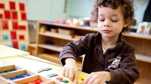 Un bambino impegnato in un'aula