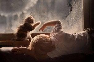 Bambino con autismo che gioca con gatto