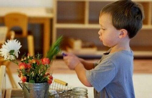 Un bambino che cura una pianta