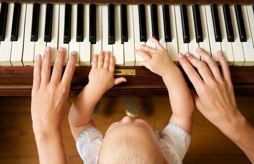 Neonato suona il pianoforte