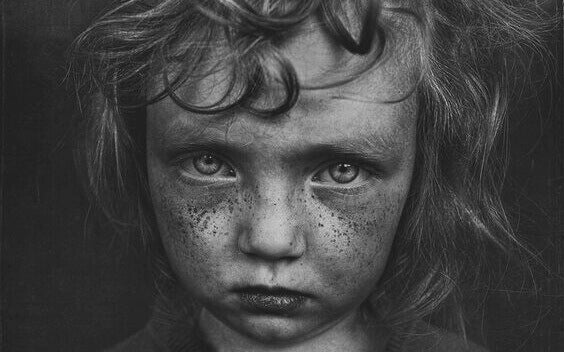 Bambino triste traumi infantili
