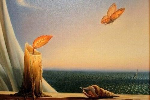 Candela da cui vola una farfalla