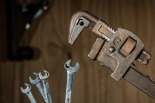 Chiave grande che esercita potere sulle chiavi più piccole