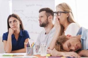 Colleghi annoiati presentismo al lavoro