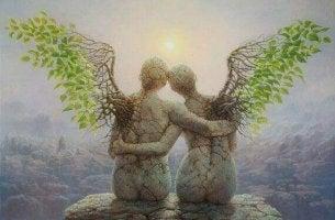 Statua abbracciata con ali imparare ad amare