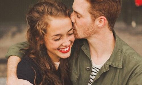 Coppia abbracciata e sorridente, in rappresentazione della sintonia con il proprio partner