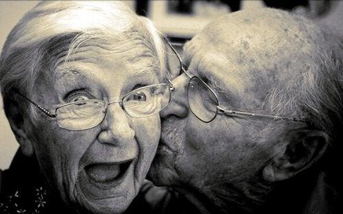Invecchiare felici: 5 segreti