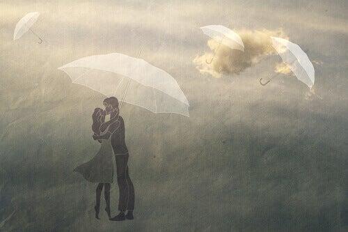 Coppia che si bacia sotto ad un ombrellone
