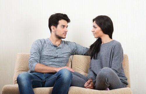 Coppia che parla su un divano