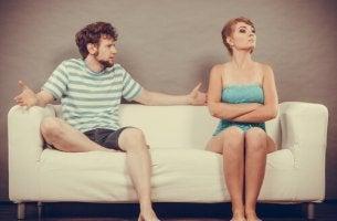 Coppia che affronta conversazioni difficili