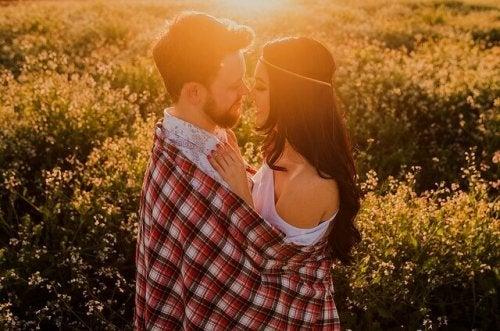 Coppia che si guarda negli occhi linguaggi dell'amore