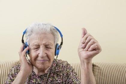 Donna anziana che ascolta la musica