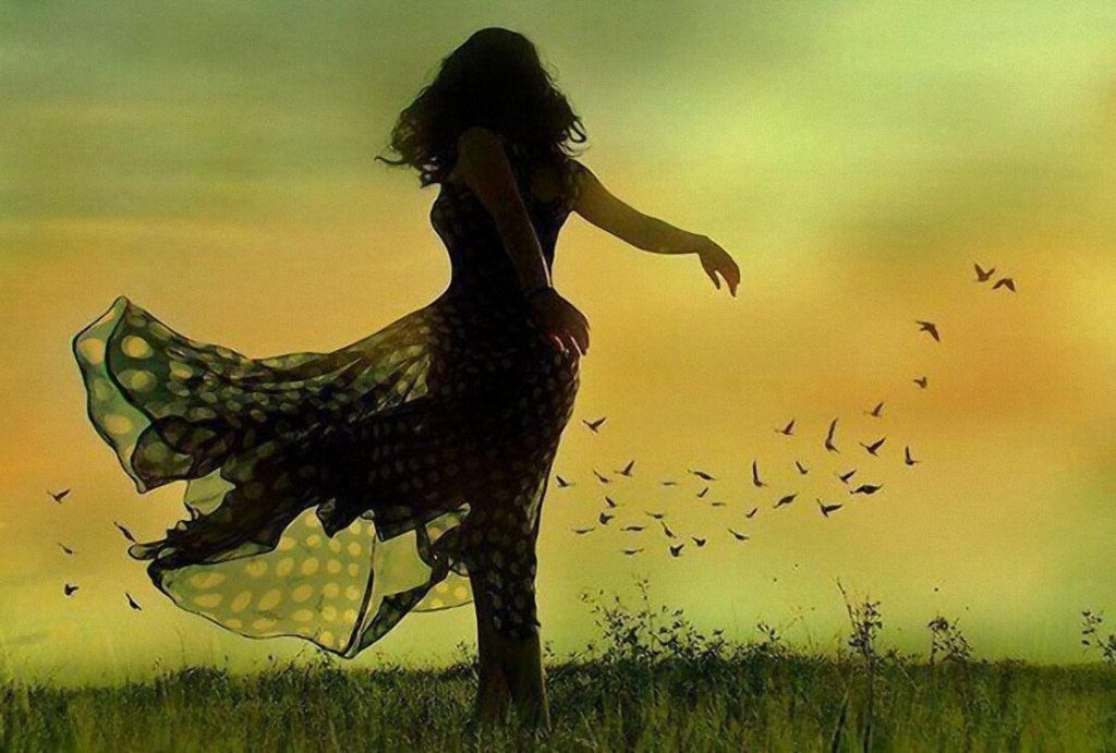 Donna che balla circondata dai ricordi
