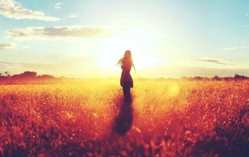 Ragazza da sola in un campo che cerca di vivere senza una famiglia
